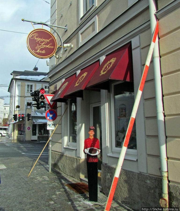Рядом вход в магазинчик, где можно купить подаваемые в кафе сладости и кофе, в зернах и молотый (зерна 500 грамм стоит около 11 евро)