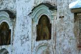 Киот на южной стене основного объёма Воскресенской церкви в Чёрной Заводи. Некасовский район Ярославской области