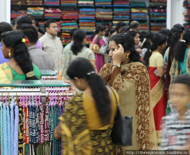 Огромный магазин ткани для сари