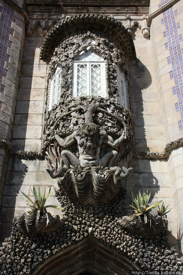 Португалия. Синтра Дворец Пена [Palacio Nacional da Pena]  Тритон, поддерживающий балкон