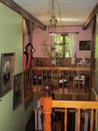 Вид с лестницы 2 этажа  с фотографиями владельцев дома