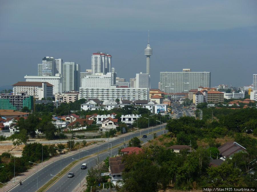 Вид на город со стороны Джомтьен Кондо. На заднем плане отель Паттайя Парк.