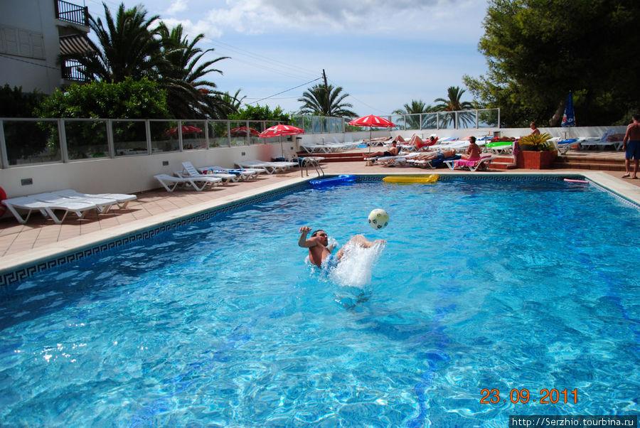 Приходим в себя в бассейне после поездки в клуб Амнезия!
