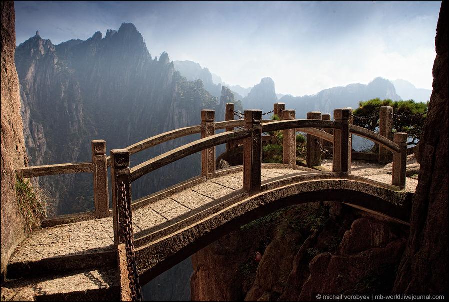 Каменный мост, гармонично вписывается в окружающий пейзаж Провинция Аньхой, Китай