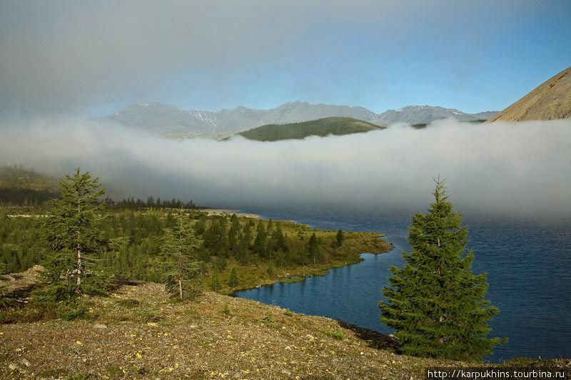 Озеро Большой Дарпир. Двойное озеро Дарпир лежит в широкой межгорной котловине между хребтом Улахан-Чистай и Омулёвским среднегорьем. Везде горы достаточно далеко отстоят от озера. Исключение составляет лишь северная оконечность Большого Дарпира. Здесь горы вплотную стискивают берега озера, иногда до непроходимых участков. Большой Дарпир гораздо больше своего собрата, его длина около 12 километров, но ширина не более двух. Вообще Дарпиры относятся к территории Якутии, узким клином вдающейся здесь в Магаданскую область.