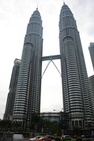 Петронас: 88 этажей, 452м в высоту.