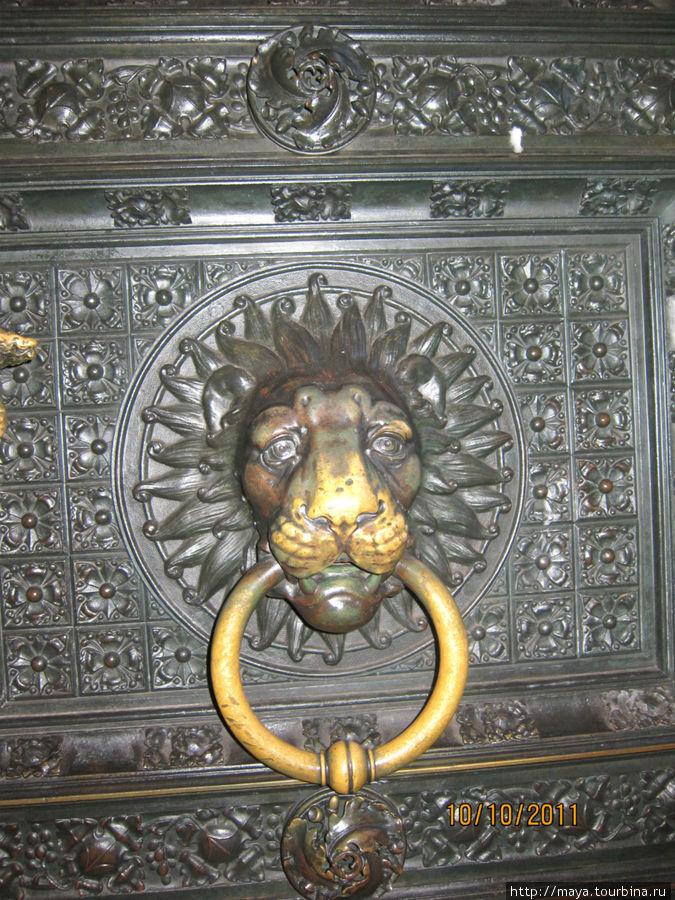 Дверь в Кафедральный собор