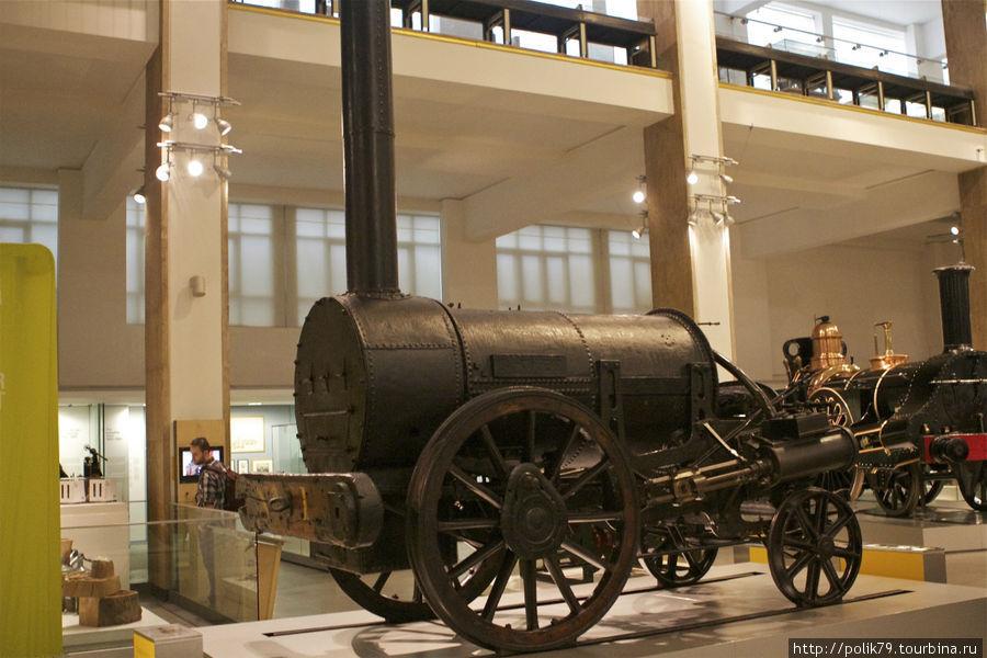 В Музее науки. Первый паровоз — «Ракета» Стефенсона.