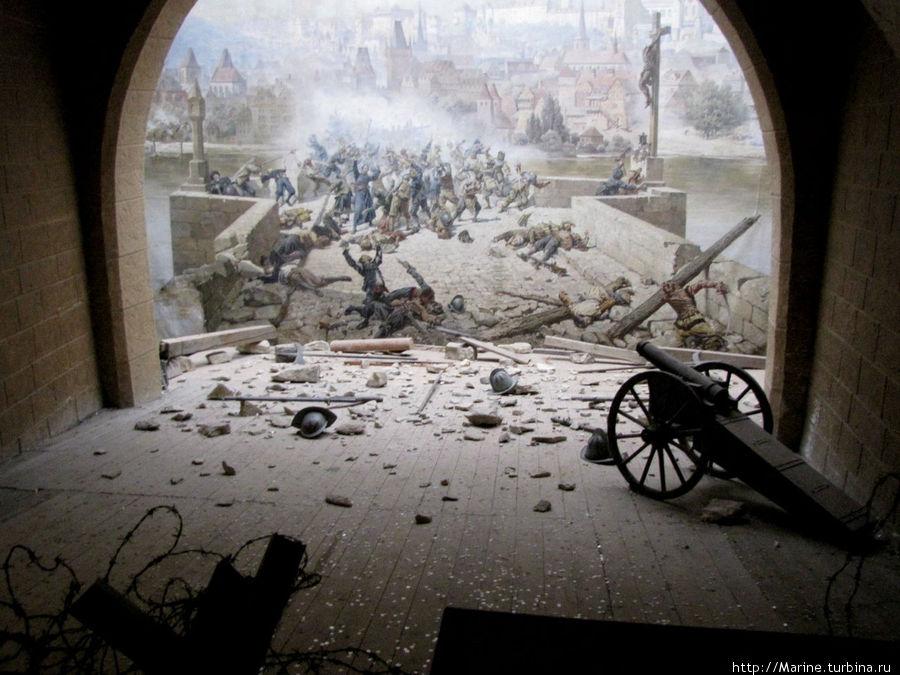 еще там есть панорама битвы чехов со шведами на Карловом мосту в 1648 году.