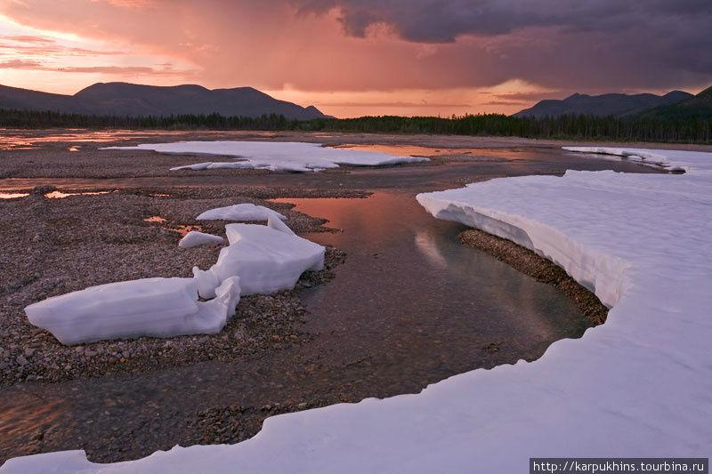 В долине реки Лабынкыр несколько выше впадения в озеро, где сохранилась ещё одна из наледей. Одно из незабываемых состояний.