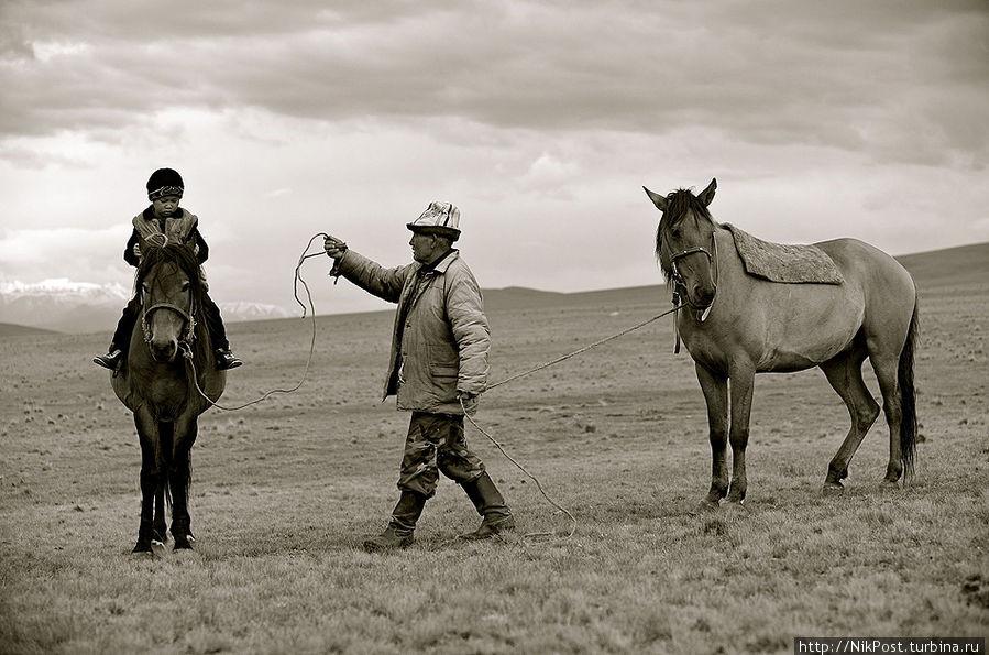 Мальчика сажают на коня, его ноги засовывают в тепкишек, поясницу обматывают тоненьким одеялом и привязывают к колтырмаш, чтобы не болело тело. В этот момент из толпы, собравшейся на той, выходит человек и говорит:Потуже привяжите колтырмаш ашамая,Пусть ребенок в дороге не устанет.Мальчик, сидя на лошади, вытянув руки перед собой, просит благословения у аксакалов аула. Аксакал благословляет так: Проходи через высокие горы, Через быстротекучую реку, Через густые, непроходимые леса, Через большие озера,Через много стран, Проходи через пустыни,Где и крылья птицы устают.Находи дорогу в бездорожье, будь впереди войска в битвах. Пусть будет готов всегда твой конь, Этого желаю тебе.Да будет так,  Аллах велик! Казахстан