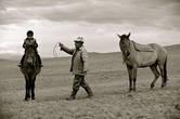 Мальчика сажают на коня, его ноги засовывают в тепкишек, поясницу обматывают тоненьким одеялом и привязывают к колтырмаш, чтобы не болело тело. В этот момент из толпы, собравшейся на той, выходит человек и говорит:Потуже привяжите колтырмаш ашамая,Пусть ребенок в дороге не устанет.Мальчик, сидя на лошади, вытянув руки перед собой, просит благословения у аксакалов аула. Аксакал благословляет так: Проходи через высокие горы, Через быстротекучую реку, Через густые, непроходимые леса, Через большие озера,Через много стран, Проходи через пустыни,Где и крылья птицы устают.Находи дорогу в бездорожье, будь впереди войска в битвах. Пусть будет готов всегда твой конь, Этого желаю тебе.Да будет так,  Аллах велик!