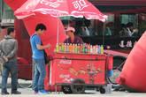 На каждом углу прохладительные напитки по 3 — 5 юаней.