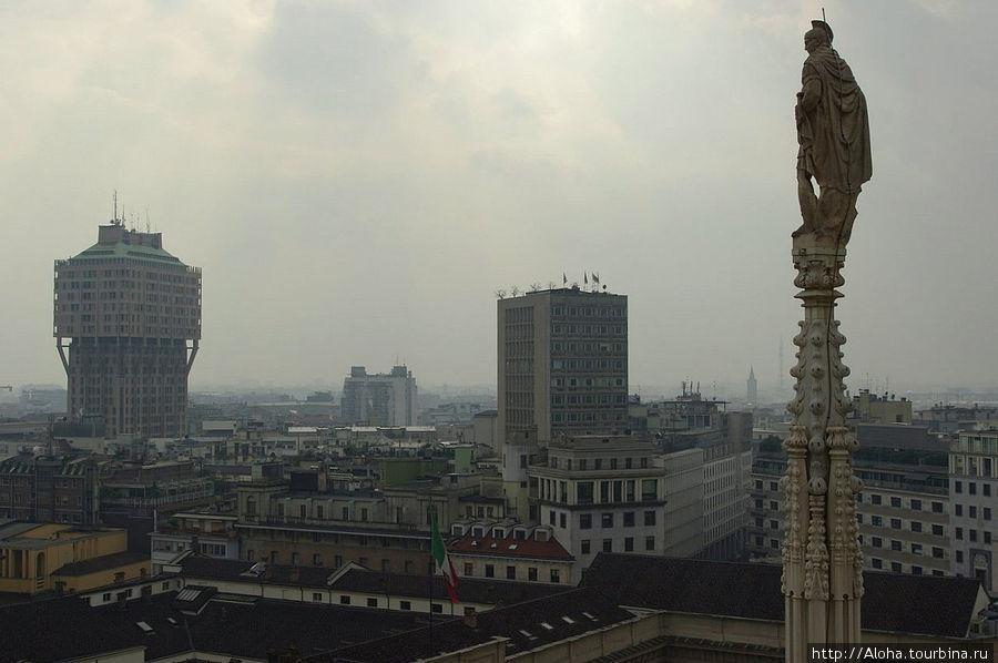 Слева — башня Веласка.