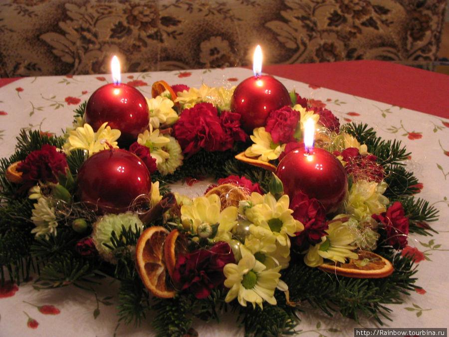 Венок адвента с тремя  зажженными свечами, сделанный моей подругой