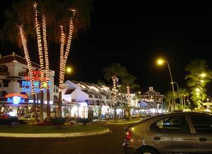 Улица Авенида де Лас Америкас ночью.