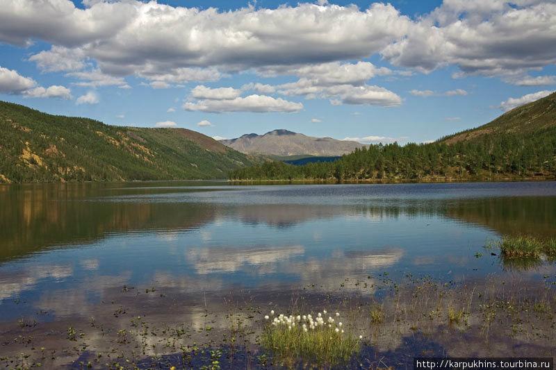 Озеро Урультун лежит в восьми километрах к северо-востоку от озера Момонтай. Это озеро тектонического происхождения, что очень хорошо отражается в его облике. Будто бумерангом изогнулось оно в узкой долине, стиснутое по обоим берегам покрытыми тайгой сопками. По берегу пройти не так-то просто. В длину это озеро около девяти километров, тогда как в самом широком месте не более километра. В более благоприятные времена Урультун был более посещаем, здесь вели промысел рыбаки и охотники. Теперь же на берегу осталась лишь полуразрушенная медведями избушка.