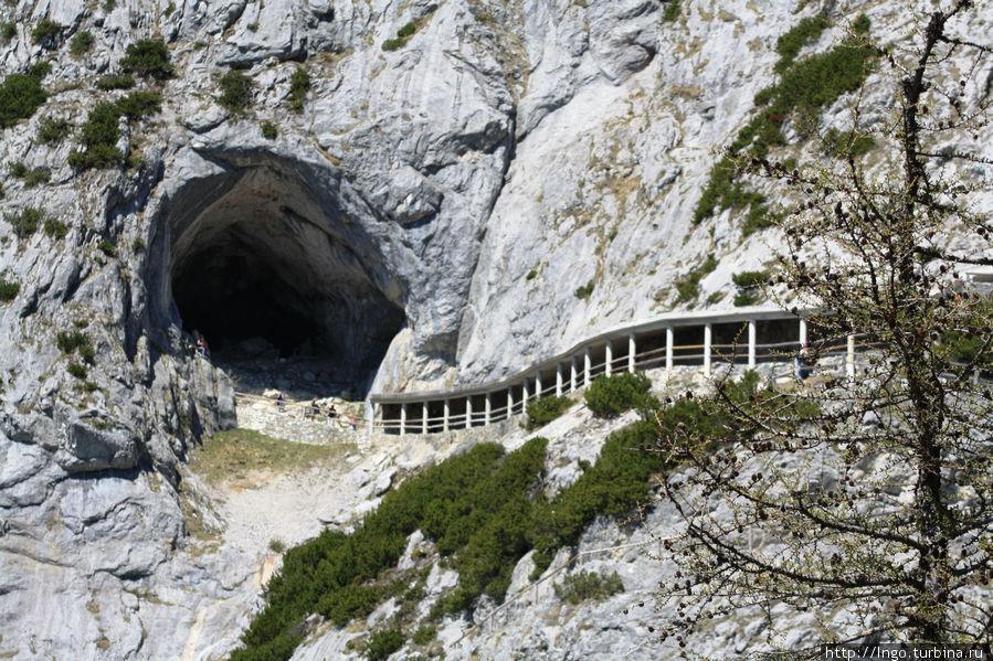 вход в пещеру на высоте 1650м