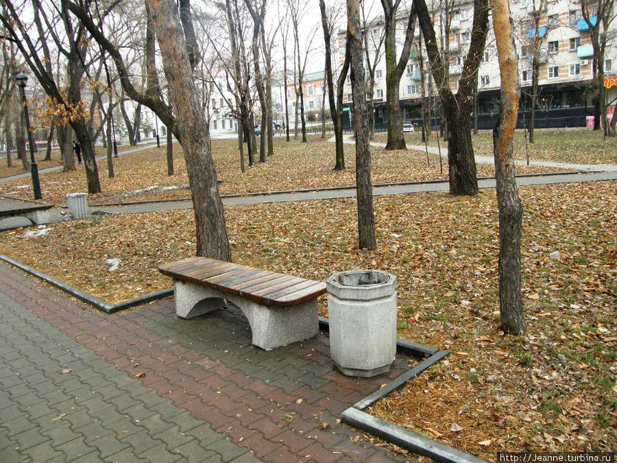 Уссурийский Бульвар...Грустные, пустые скамейки...