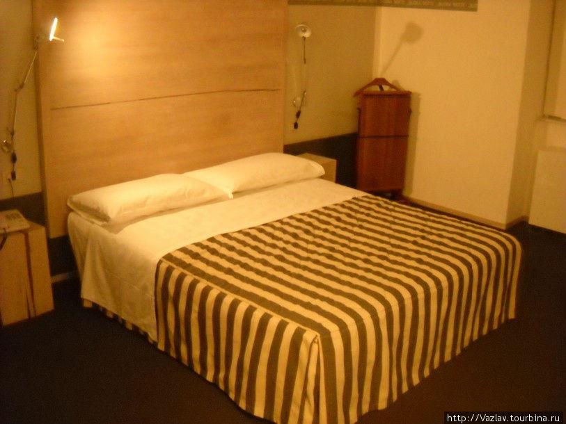 Комната; слева виден треснувший чурбак-тумбочка