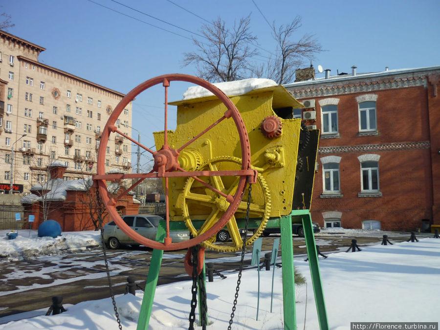 Если верить табличке, это тележка передвижная с механизмом подъема, установленная на главной канализационной насосной станции в 1898 году. Грузоподъемность 550 пудов (8,8 тонн)