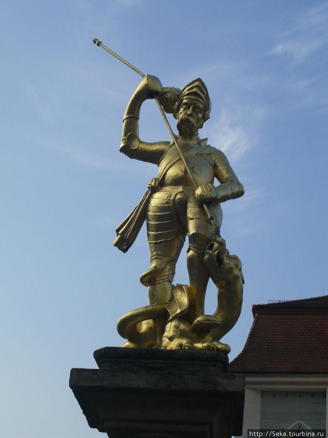 Скульптура Святого Георгия. А копье-то погнутое?!