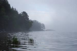 В тумане пейзажи озера выглядят очень загадочно.