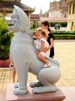 Никто детей не ругал. что они покатались на кхмерских львах