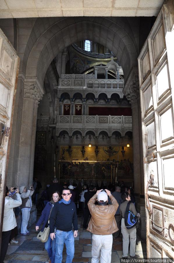 Каждый день ручей паломников входит в ворота, которые открывает Ваджих Нусейбе