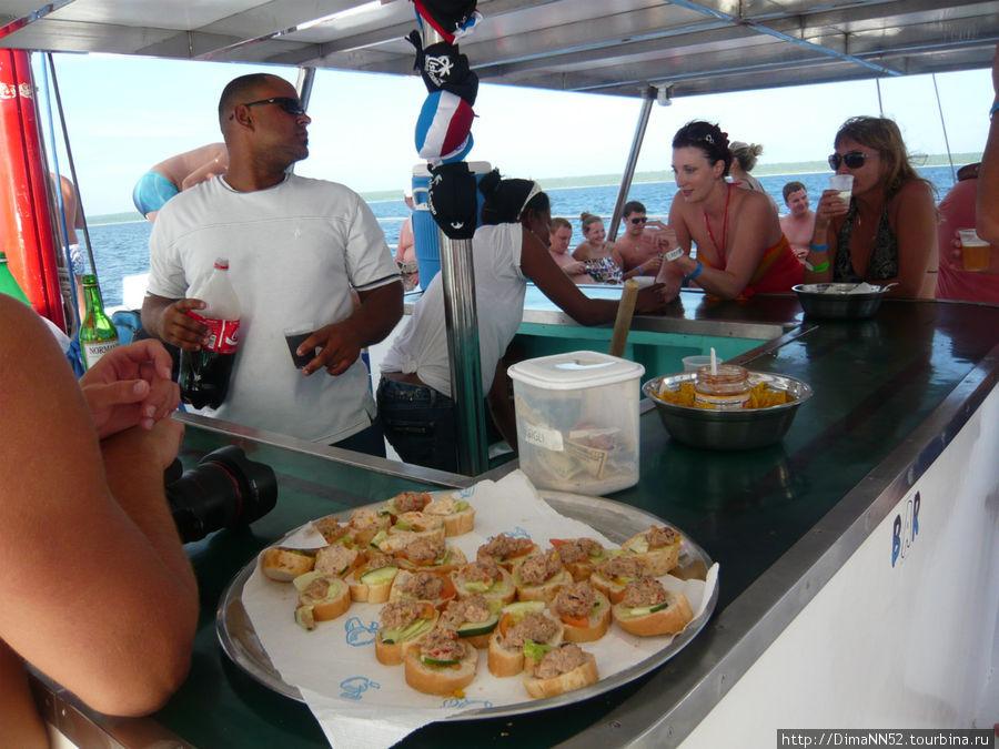 Небольшой перекус (закус) на борту катамарана.