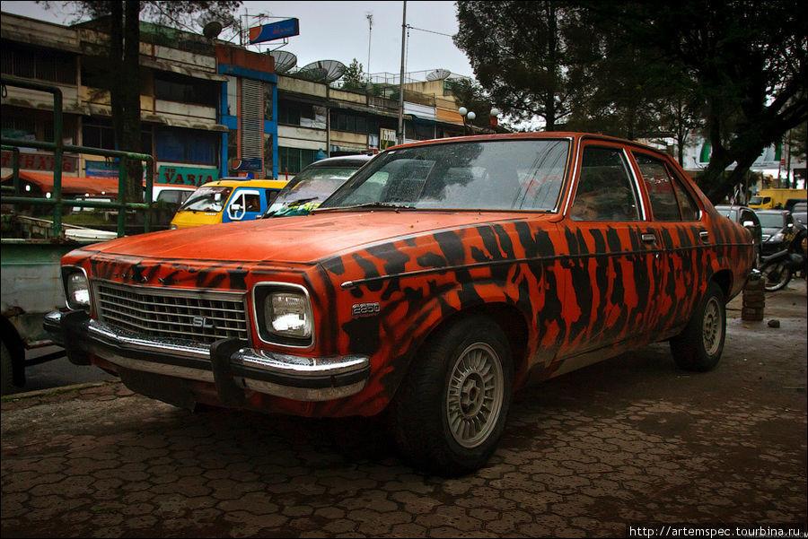 Местные автомобилисты отдают дань уважения автостарине.