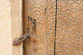 Года идут, а резная дверь и накидная щеколдка все тех же форм, что и века в... пятнадцатом
