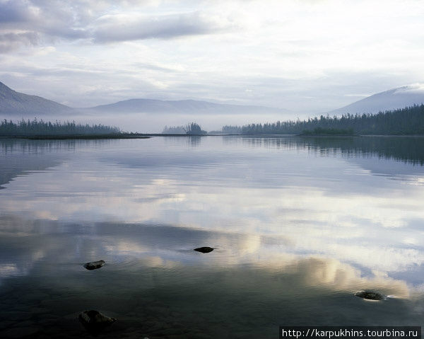 Устье реки Кутарамакан. Из озера Кутарамакан вытекает река с одноимённым названием. Через двадцать километров она уже впадает в Хантайское озеро, самое крупное и глубокое в Путоранах. Такое замечательное утро удалось запечатлеть на устье реки в середине августа.
