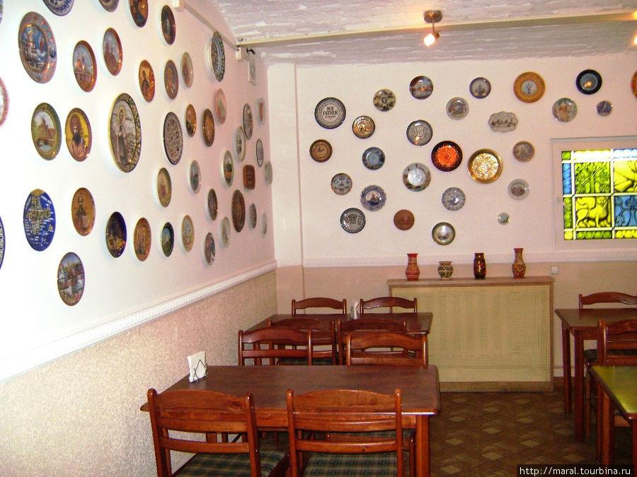 Стены чайной украшены декоративными тарелками