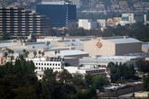 С холма, разделяющего Лос Анжелес видны киностудии. Все они расположены в Долине. За определенную сумму можно попасть внутрь и посмотреть на тематические парки развлечений, сделанные по мотивам фильма. Билеты стоят недешево, поэтому я решил туда не идти.