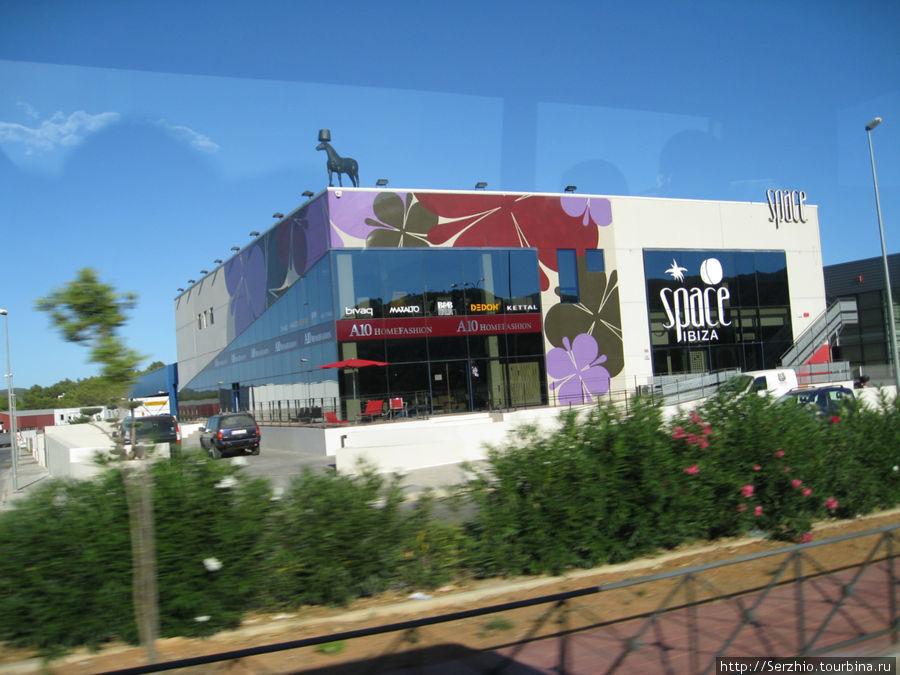Фото из автобуса по пути из Сан-Антони в центр Ибицы — это не клуб Спэйс.