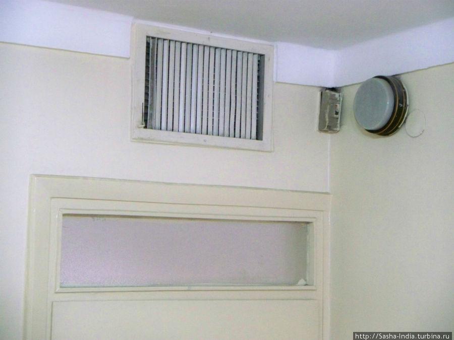 Аир-кондишен в номерах централизированный. Обычно на ночь его включают,  но мы не можем регулировать температуру.