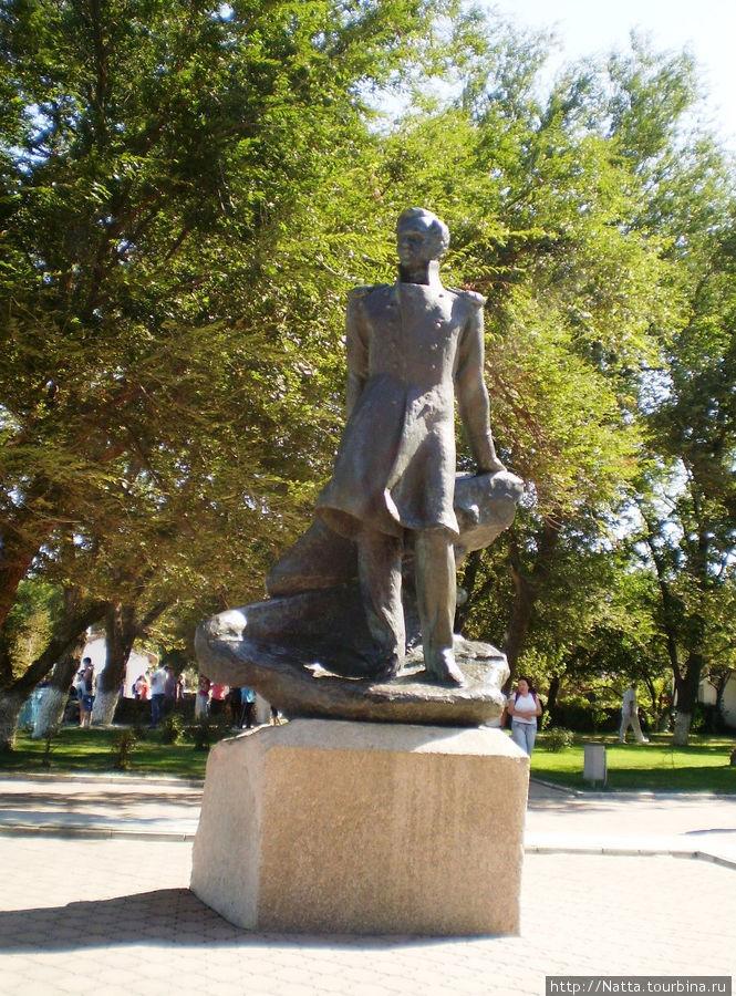 Памятник М. Ю. Лермонтову в сквере недалеко от музея