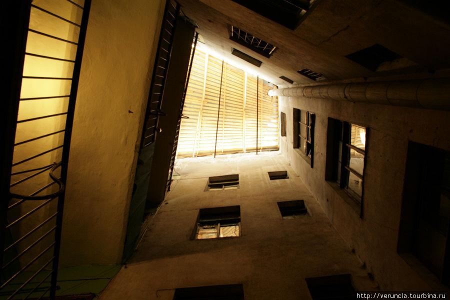 9-я Советская 10/12 Войти в левую парадную дома 12, проход к колодцу слева от лестницы