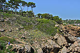После мыса начинается охраняемая территория reserva marina de ses negres, тропа по ней идет совсем узкая и грунтовая...