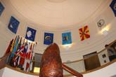 Эта фаллическая рыба расположена в здании кабинета министров. Здесь же флаги штатов Палау( а их под два десятка! ) ,а также стран, с которыми республика имеет дипотношения