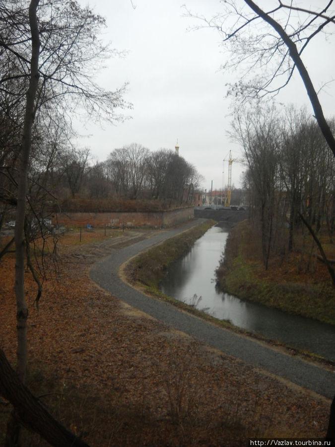 Вид с гребня Литовского вала на ров и бастионы
