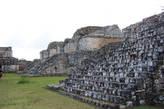 Gemelas (сдвоенное) здание. Расположено на западной стороне южной площади и состоит из 2 одинаковых храмов с, ведущими к ним, 2 одинаковыми лестницами.