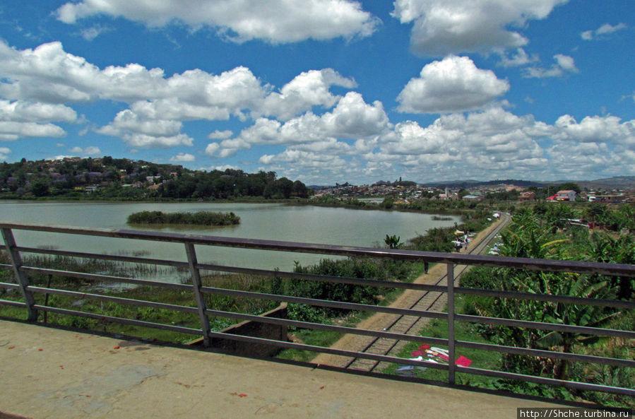Мост через железную дорогу и речку, вытекающую из озера