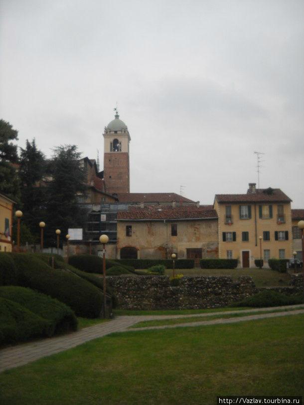 Колокольня собора торчит над застройкой