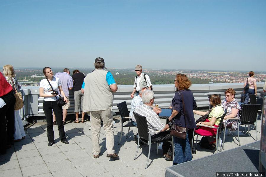 На крыше здания немцы созерцали город, попивая пиво :)