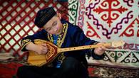 Домбра – любимый  музыкальный инструмент казахов.  Мастерство игры оттачивается с юных лет