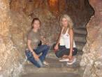 мы с Аней на лестнице музея — кстати, музей подземный.