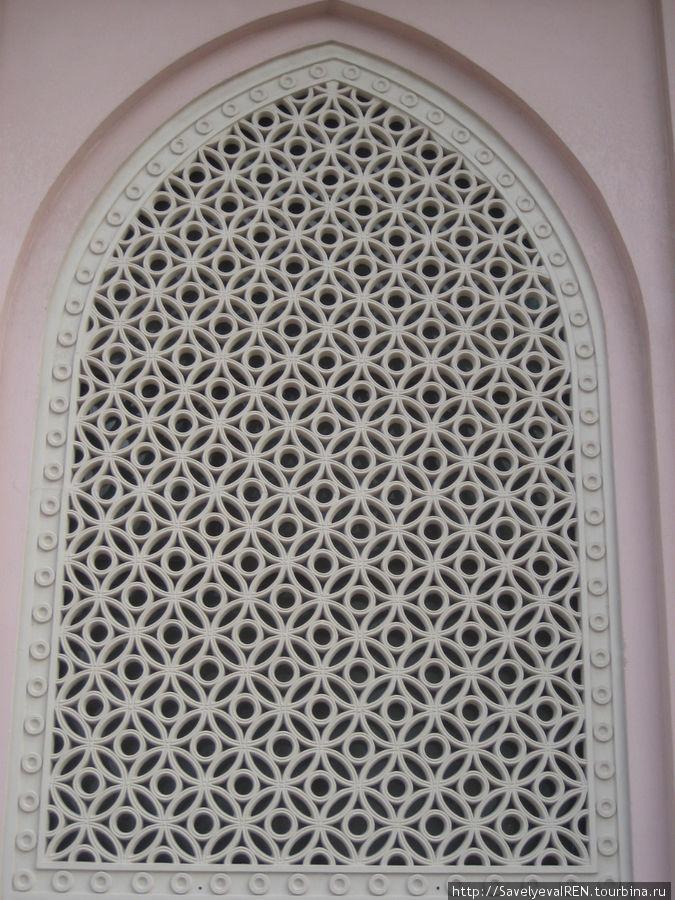 Ажурная решетка мечети.