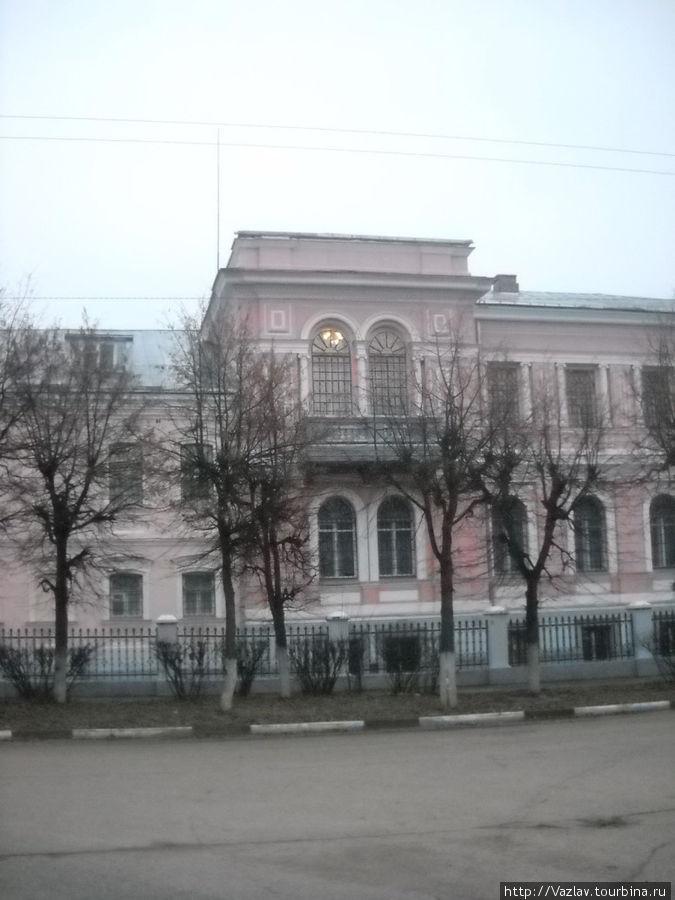 Фасад особняка, в котором находится музей